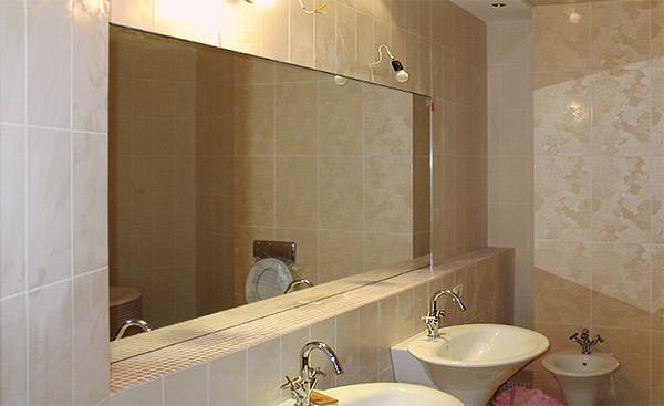 встроенное зеркало в ванной комнате фото