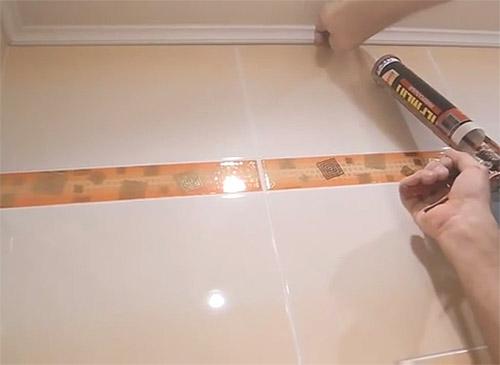 Монтаж последней потолочной панели и установка плинтуса на жидкие гвозди (фото)