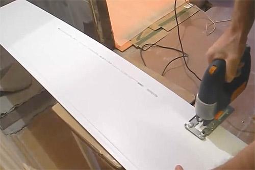 нарезка пластиковых панелей пвх по длине электролобзиком (фото)