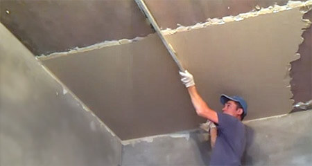 Как выровнять потолок? Выравнивание шпатлевкой и штукатуркой. Видео.