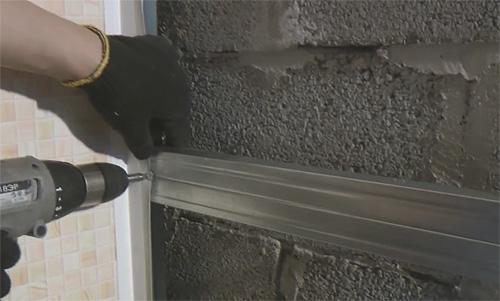 Монтаж пластикового угла для крепления пвх панелей