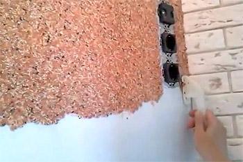 Как правильно наносить жидкие обои на стену