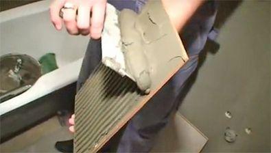 Нанесение плиточного клея на плитку (фото)