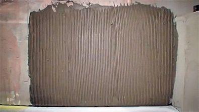 Нанесение плиточного клея на стену (фото)