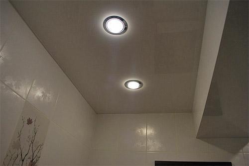 Что лучше для натяжного потолка - люстра или светильники | 334x500